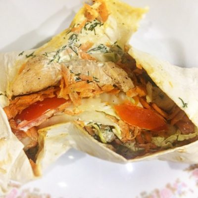 Домашняя шаверма с курицей и томатами - рецепт с фото