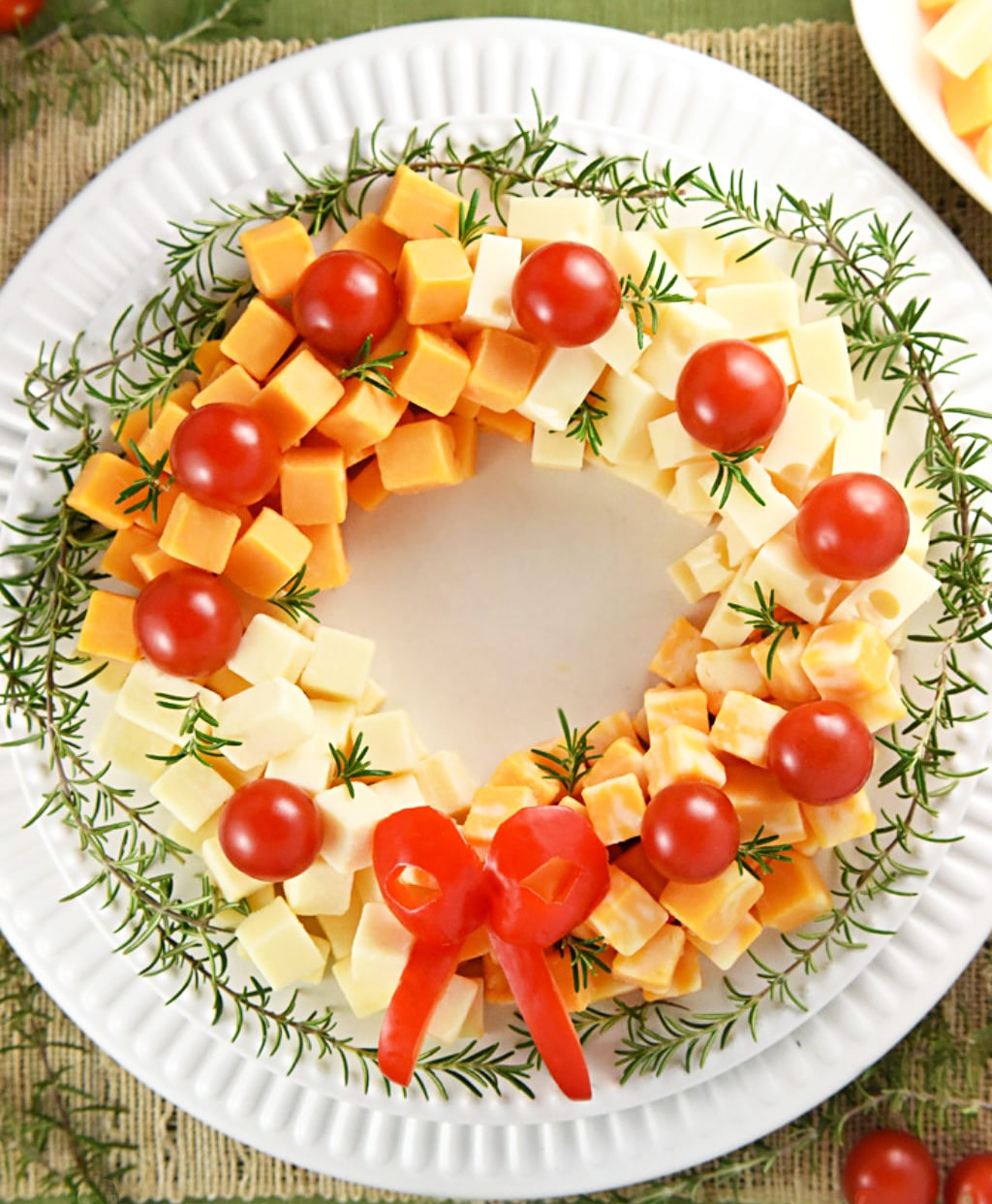 Новогодний венок из сыра и черри