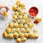 «Новогодняя Елка» из сырных булочек