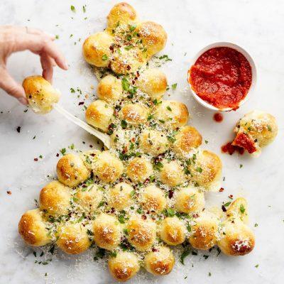 «Новогодняя Елка» из сырных булочек - рецепт с фото