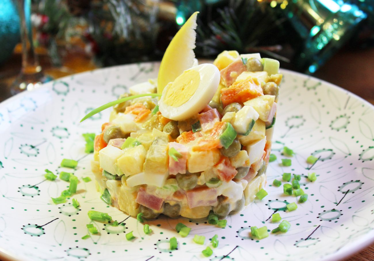 Русский салат «Оливье» с ветчиной