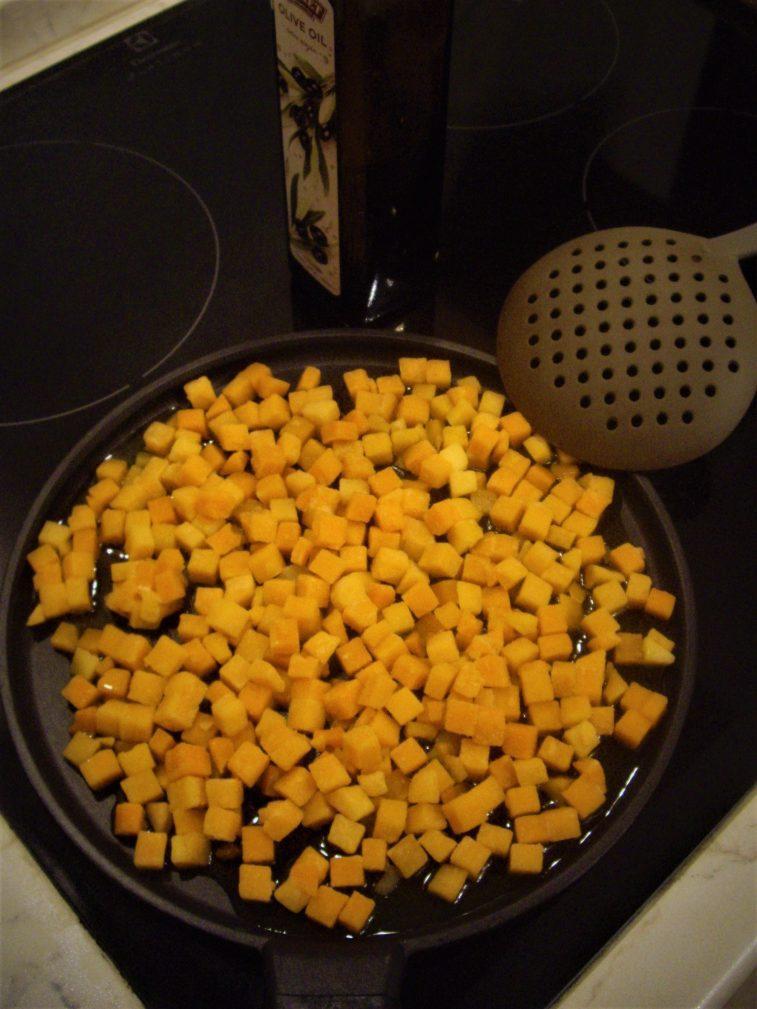 Фото рецепта - Пикантный салат из тыквы с рукколой - шаг 1