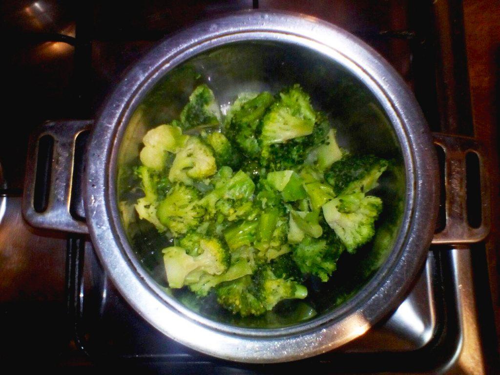Фото рецепта - Зелёный суп-пюре с брокколи - шаг 1