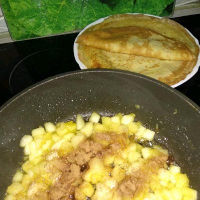 Фото рецепта - Блинчики на молоке с яблоками и корицей - шаг 6
