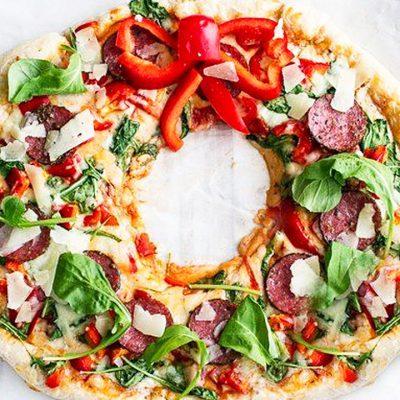 Рождественская пицца с салями и перцем - рецепт с фото