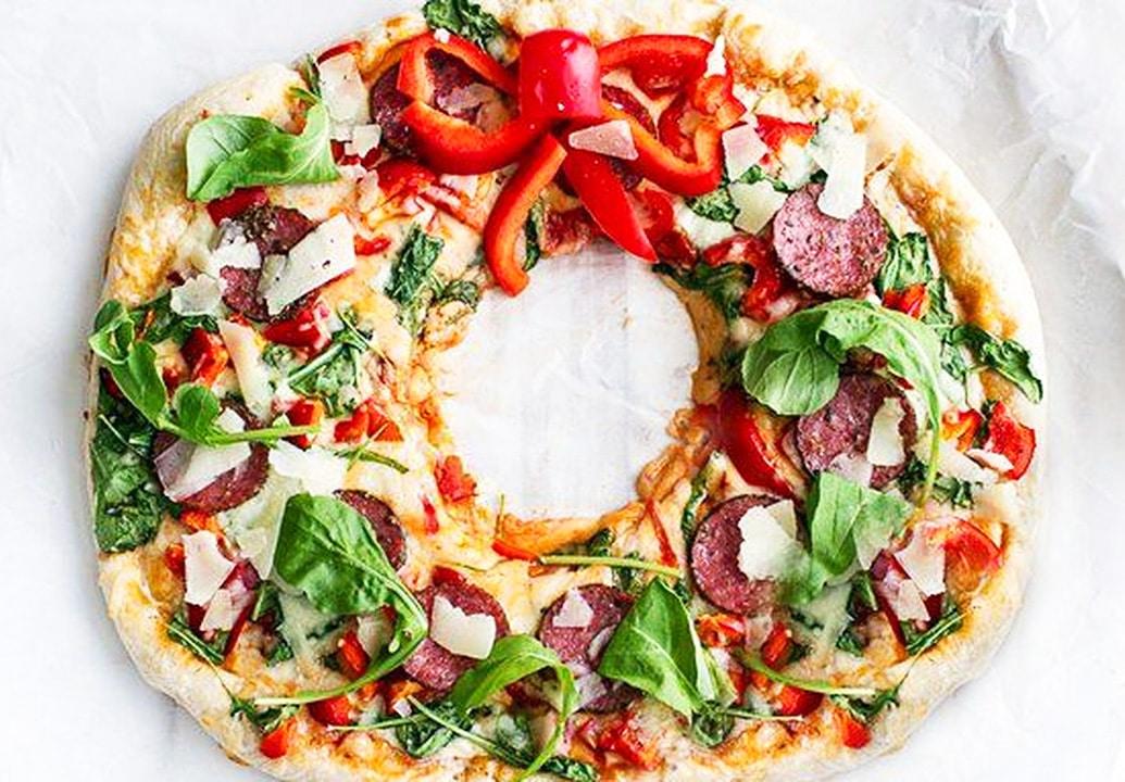 Рождественская пицца с салями и перцем