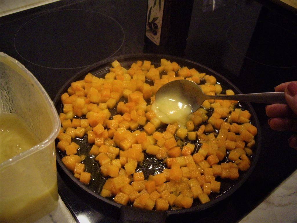 Фото рецепта - Пикантный салат из тыквы с рукколой - шаг 2