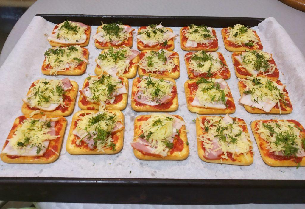 Фото рецепта - Снэки — «пицца» на печенье - шаг 5
