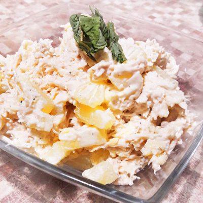 Куриный салат «Нежность» с ананасом и сыром - рецепт с фото