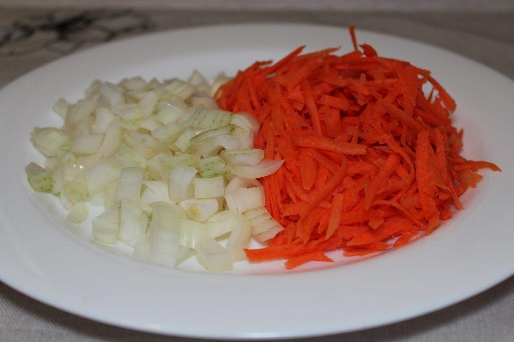 Фото рецепта - Сырный суп с курицей и грибами - шаг 3