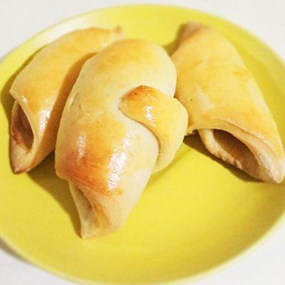 Рогалики из дрожжевого теста с сосисками - рецепт с фото