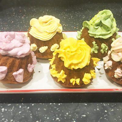 Банановые кексы из маскарпоне с цветным кремом - рецепт с фото