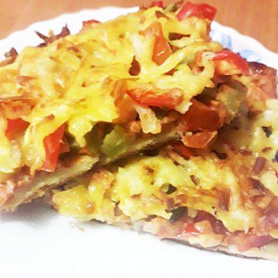 Домашняя пицца «Обжорка» с огурчиками и помидорами - рецепт с фото