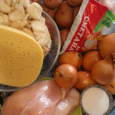 Фото рецепта - Картофельная запеканка по-деревенски с курицей и грибами - шаг 1