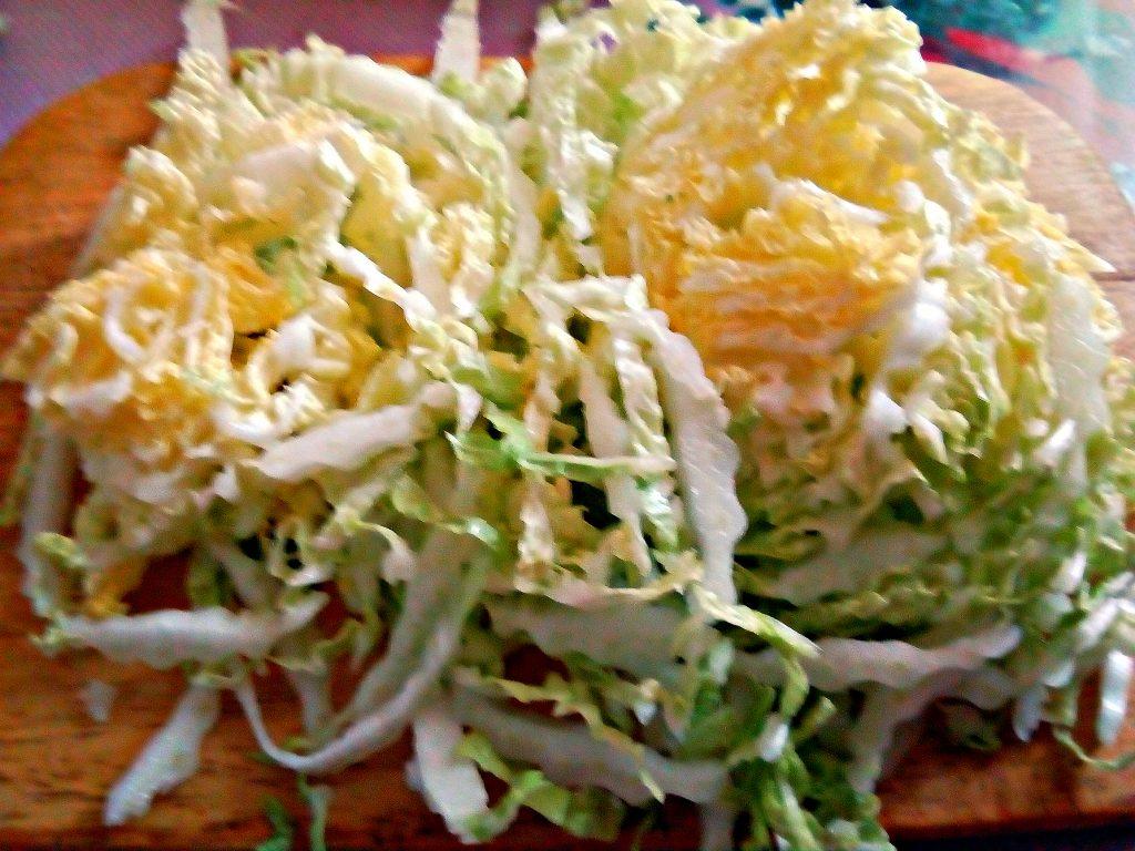 Фото рецепта - Салат из пекинской капусты с сырокопченой колбасой - шаг 1