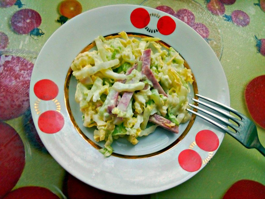 Фото рецепта - Салат из пекинской капусты с сырокопченой колбасой - шаг 5