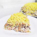 Слоёный салат из печени с морковью и солеными огурчиками