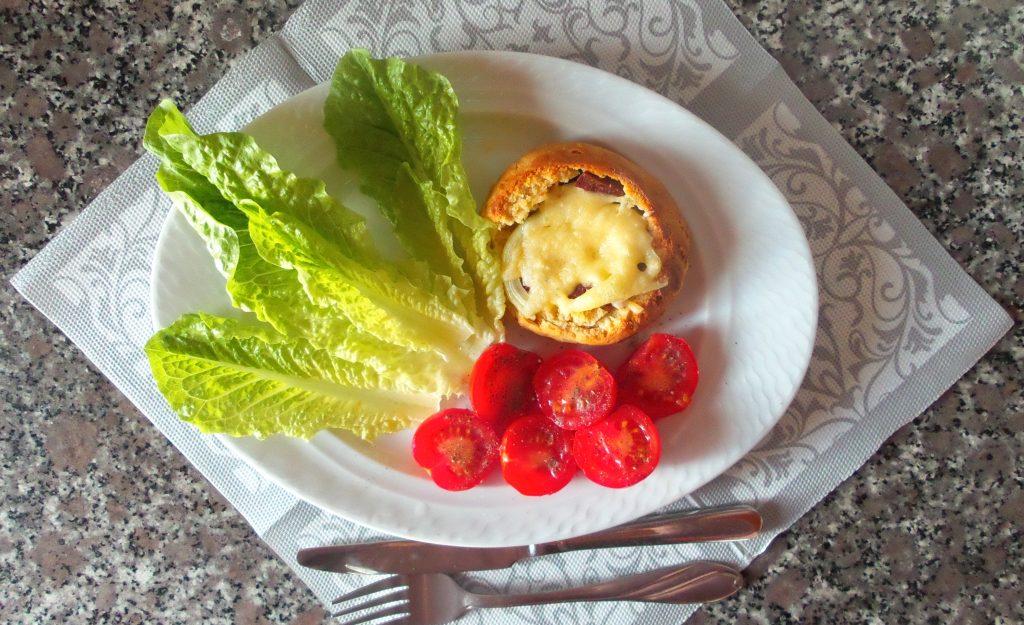 Фото рецепта - Горячие бутерброды в дрожжевых булочках - шаг 7