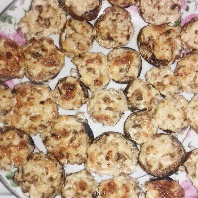 Шампиньоны фаршированные сыром - рецепт с фото