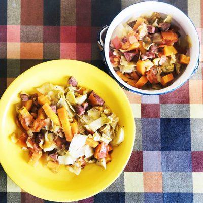 Тушеная капуста с говяжьей колбасой и помидорами - рецепт с фото