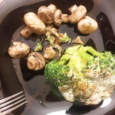 Запеченная брокколи с сулугуни и шампиньонами - рецепт с фото