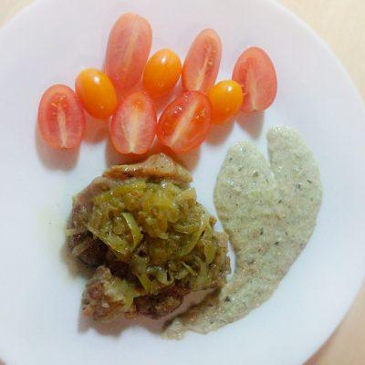 Свинина по-старопольски с луковым конфитюром под грибным соусом - рецепт с фото