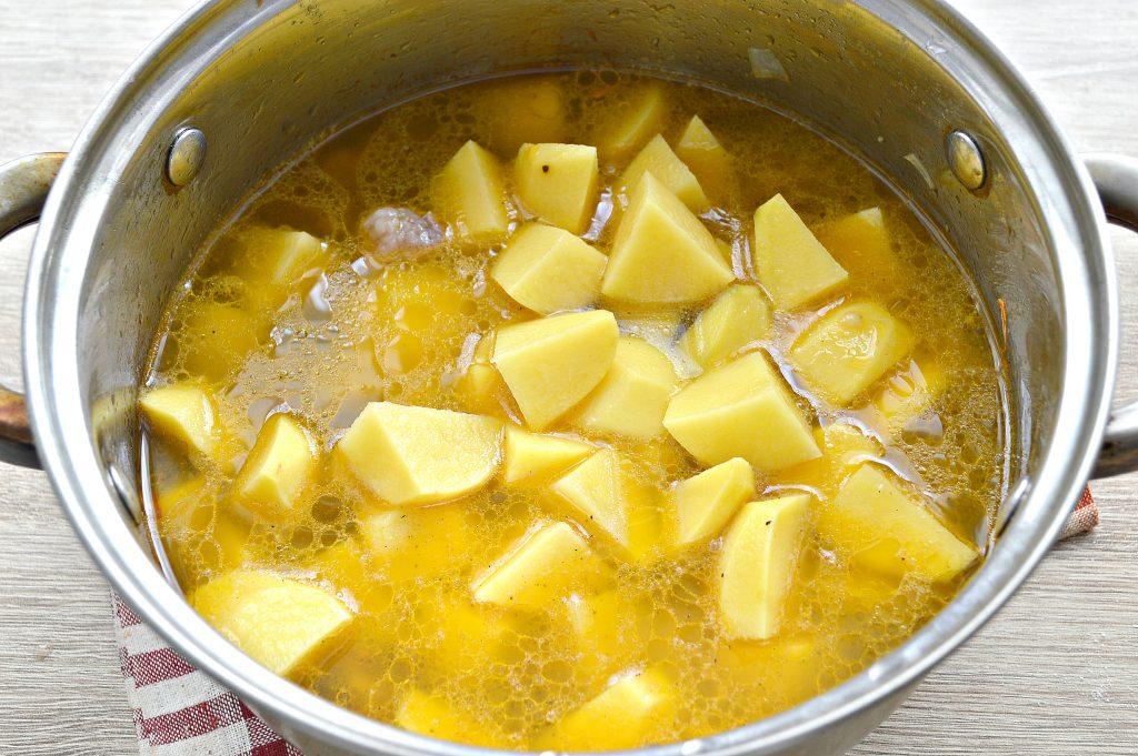 Фото рецепта - Свинина, тушенная с картофелем в кастрюле - шаг 5