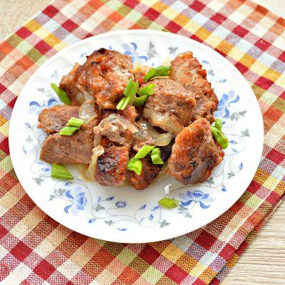Запеченная свинина на луковой подушке - рецепт с фото