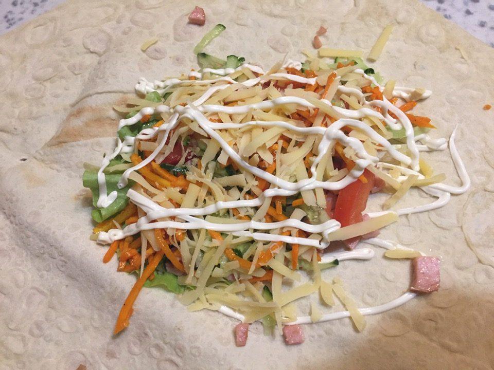 Фото рецепта - Домашняя шаурма с овощами, колбаской и сыром - шаг 4