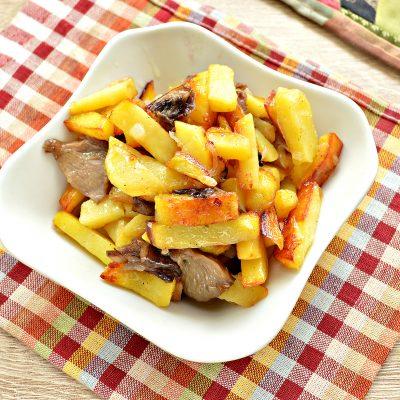 Жареный картофель с маринованными грибами - рецепт с фото