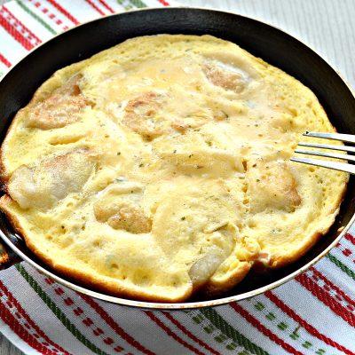 Сытный омлет с домашними пельменями - рецепт с фото