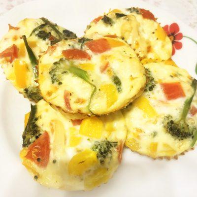 Мини-омлет, запеченный с овощами - рецепт с фото