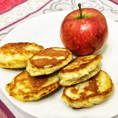 Изумительные яблочные оладьи - рецепт с фото