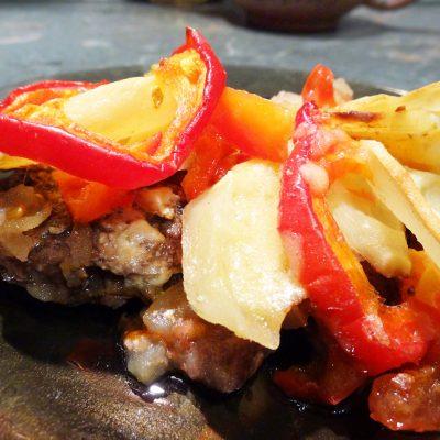 Говяжьи отбивные под овощной шубой - рецепт с фото