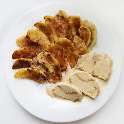 Жареные яблоки с корицей - рецепт с фото
