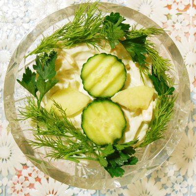 Огуречный салат «Весенняя нежность» с яблоком и сыром - рецепт с фото