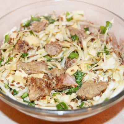 Теплый салат из капусты и говядины под соевым соусом - рецепт с фото