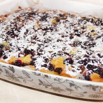 Зимний пирог на молоке с замороженными ягодами - рецепт с фото