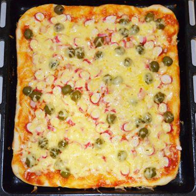 Пицца для бюджетников с крабовыми палочками и грибами - рецепт с фото