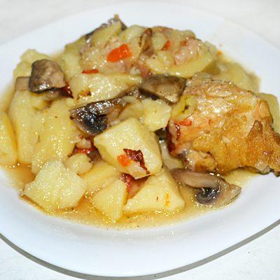 Жаркое с курицей и грибами - рецепт с фото