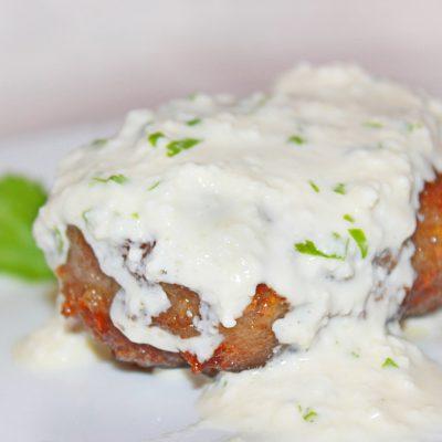 Котлетки из индейки под творожно-чесночным соусом - рецепт с фото