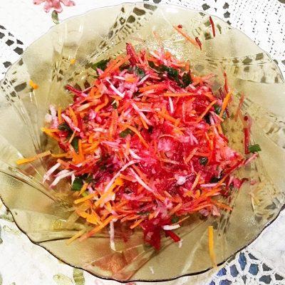 Пикантный салат из редьки и зеленого яблока - рецепт с фото