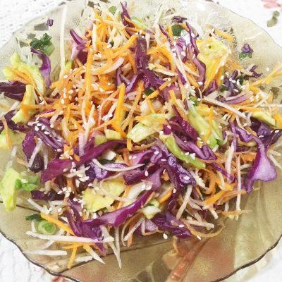 Краснокочанная капуста с авокадо и морковью - рецепт с фото