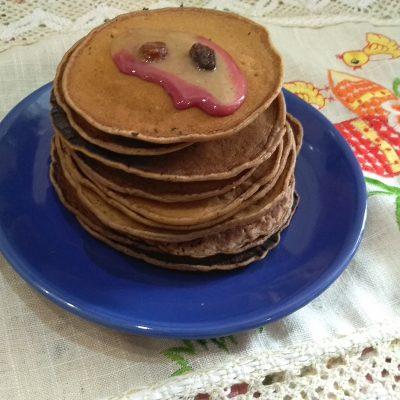 Фото рецепта - Шоколадные панкейки с бананом - шаг 6