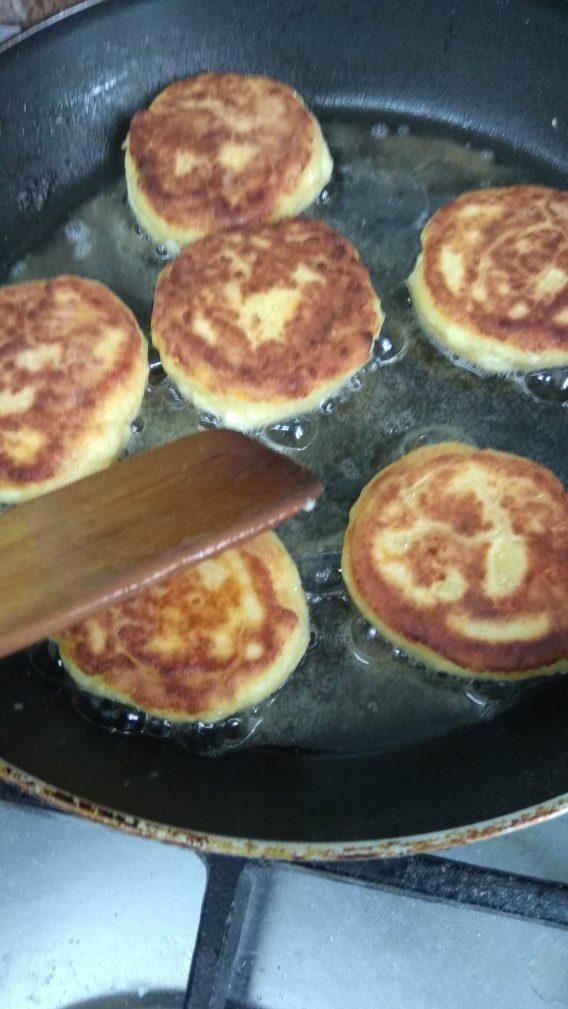 Фото рецепта - Нежные творожные сырники - шаг 8