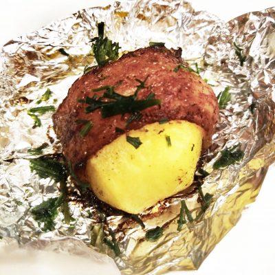 Картофель, запеченный в беконе (в фольге) - рецепт с фото