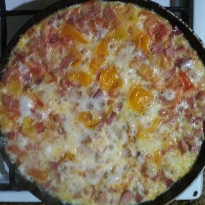 Фото рецепта - Омлет с колбаской и сыром - шаг 6
