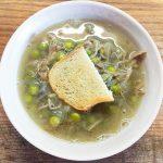 Гороховый суп с утиным конфи и чесночными гренками