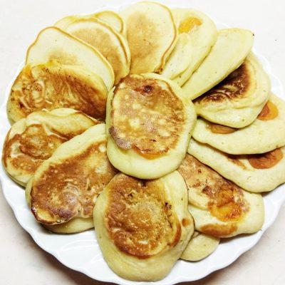 Дрожжевые оладьи на пиве с абрикосами - рецепт с фото