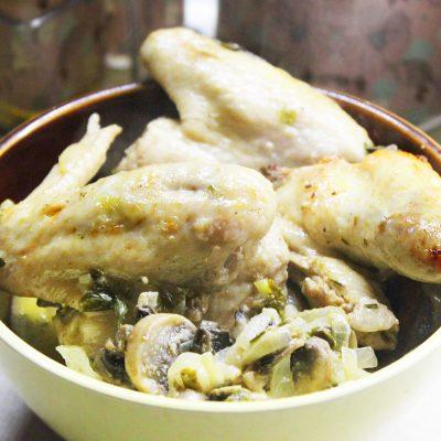 Ароматные куриные крылышки с грибами в сметане - рецепт с фото